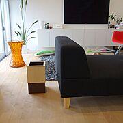 カルテル/壁掛けTV/無垢材の床/白い壁/ソファ/Lounge…などのインテリア実例