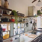 ダイニングテーブル/ペンダントライト/作家もの器/籐のポット/梁のある家/キッチン収納…などのインテリア実例