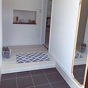 北欧/イタリアンウォルナット/玄関ニッチ/スリッパ/八角形ミラー/玄関マット…などのインテリア実例