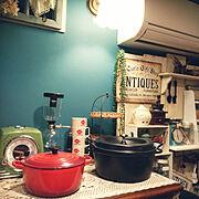 壁紙/サイフォン式コーヒーメーカー/アメリカン/時計/ル・クルーゼ/DIY 棚…などのインテリア実例