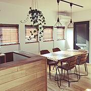 ライティングレール/無垢の家/無垢の床/黒い窓/漆喰壁/ウッドブラインド…などのインテリア実例