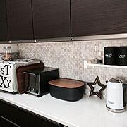 食器棚/ティータオル/飾り棚/砂時計/トースター/ワイヤーかご…などのインテリア実例