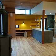 黄色い壁/高天井/ルイス・ポールセン/薪ストーブのある暮らし/Lounge…などのインテリア実例