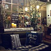 ニトリ/サリュ!雑貨/カメラ/フレームで窓枠風/LEDキャンドル/観葉植物…などのインテリア実例