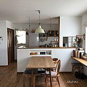 白とブラウン/リネンのカーテン/キッチンカウンターのニッチ/ドライフラワーのある暮らし/塗り壁…などのインテリア実例
