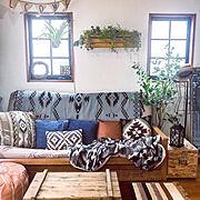 照明DIY/棚DIY/リビング壁面/ニトリのクッションカバー/観葉植物のある暮らし/壁紙屋本舗…などのインテリア実例