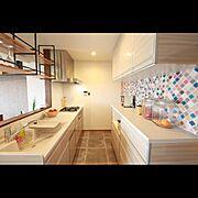 コラベルタイル/ヘリンボーン/キッチンカウンター/無垢のドア/アンティークモダン/タカラスタンダード…などのインテリア実例