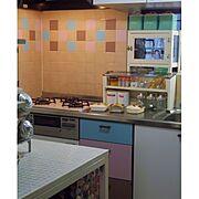 狭いキッチン/カラフル/調味料ラック/カッティングシート/おうちカフェ/ガラスケース…などのインテリア実例