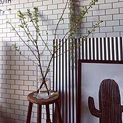 壁紙屋本舗/サブウェイタイル風壁紙/枝もの/黄金葉/ニトリ/花瓶…などのインテリア実例
