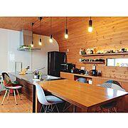 インスタ➡︎yuuko0217/飾り棚/ダイニングテーブル/ステンレスキッチン/板張り天井…などのインテリア実例