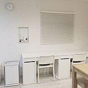 モノクロ×ウッド/モノトーン/レンガ調壁紙/白い床/ブラインド 木製/壁掛け時計…などのインテリア実例
