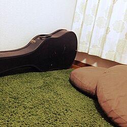 部屋全体/ニトリのクッション/ギター/カーテン/緑のラグのインテリア実例 - 2014-03-26 00:28:54