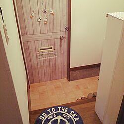 玄関/入り口/キャンドゥの板壁風シート/テラコッタ風クッションフロア/salut!/しまむらのラグ...などのインテリア実例 - 2016-06-03 16:14:43