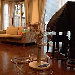 部屋全体/扇風機/出窓とプラハン/無印良品のソファ/グランドピアノ...などのインテリア実例 - 2015-07-20 15:42:22