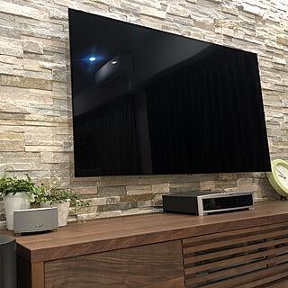 女性46歳の家族暮らし2LDK、マスターウォールのテレビボードに関するMihiroさんの実例写真