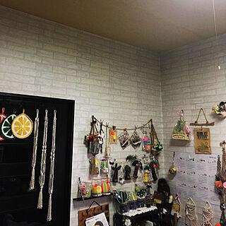女性の、4LDK、の「壁/天井」についてのインテリア実例