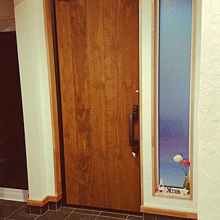 女性の、4LDK、家族住まいの「玄関/入り口」についてのインテリア実例