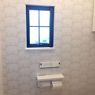 35歳の家族暮らし、壁紙 トイレの壁に関するITO_KOTOさんの実例写真