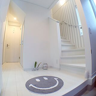 玄関/入り口/定点観測/白い階段 /ストライプの壁紙/ケーラー オマジオ...などのインテリア実例 - 2017-07-12 21:51:38