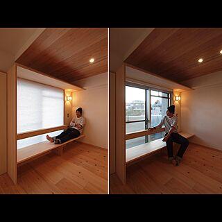 男性34歳の家族暮らし1LDK、窓際造作ベンチと多様性のある小リビングを持つ住まいに関するithink_architectural_designさんの実例写真