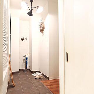 男性の、2LDK、家族住まいの「玄関/入り口」についてのインテリア実例