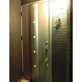 女性の、3LDK、家族住まいの「玄関/入り口」についてのインテリア実例