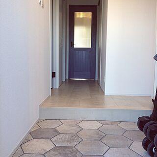 女性の、2LDK、家族住まいの「玄関/入り口」についてのインテリア実例