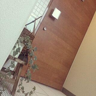 玄関/入り口/引越し荷物片付け中☆/アイビー♡/木製ドアに見える/白タイル/北欧のインテリア実例 - 2015-11-07 22:17:29