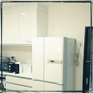 キッチン/コンセントが気にくわない。/ほらね。/一見、スッキリした冷蔵庫に見えますが。/白/客人には死角。...などのインテリア実例 - 2014-08-26 18:08:13