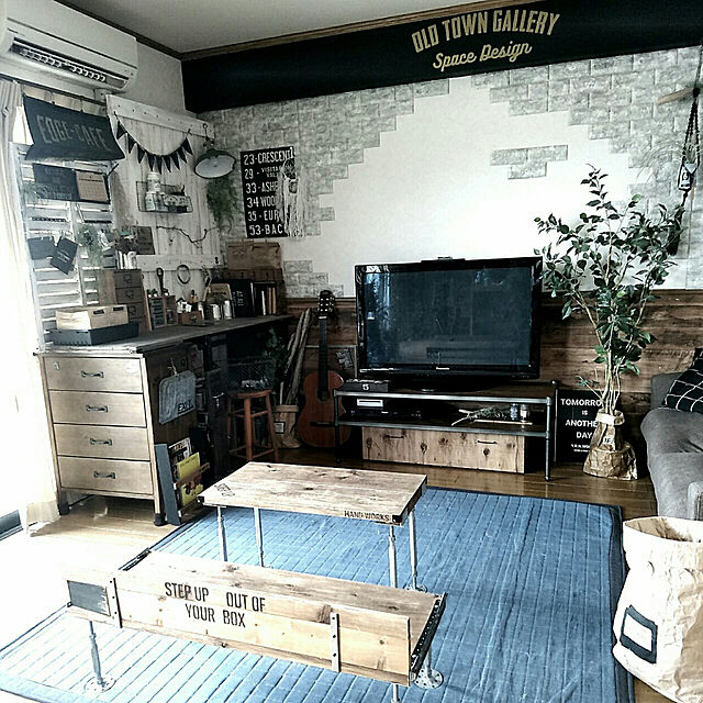 Lounge,DIY,ニトリ,ステンシル,自己満足,男前も可愛いも好き,グリーンのある暮らし,カフェ風インテリアを目指して,ニューフィカス,フォローすごく嬉しいです♡,RC山口♡,作業机DIY,マンション暮らし,EDGE-CAFE,ニュートラル系,テーブルとベンチDIY,IG→yuriyana risaのインテリア実例 | RoomClip (ルームクリップ)