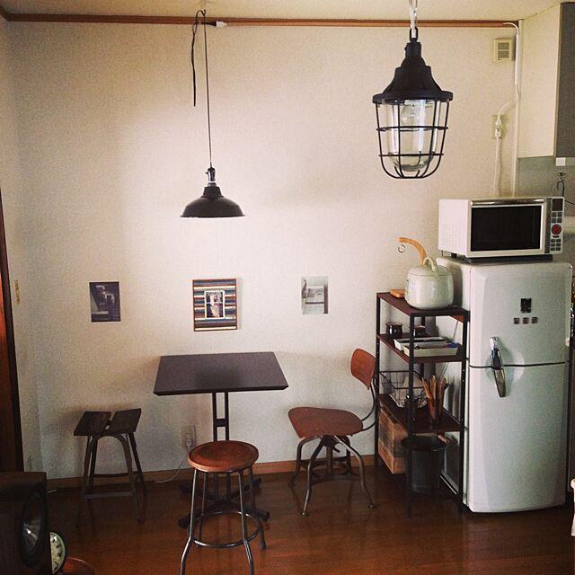 ナチュラルキッチンと一人暮らしとコの字型テーブルのインテリア実例