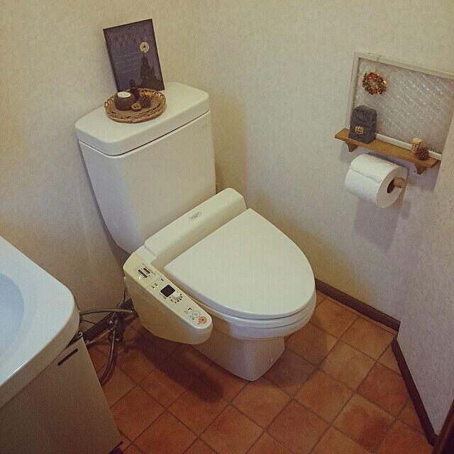 女性で、4LDKのトイレ床/壁紙紙屋本舗/クッションフロア/バス/トイレについてのインテリア実例を紹介。