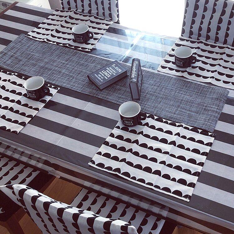 モノトーンでコーディネートされたテーブルコーディネートです。ここでもやっぱり、ダイソーのハーフムーン柄のランチョンマットが大活躍です。