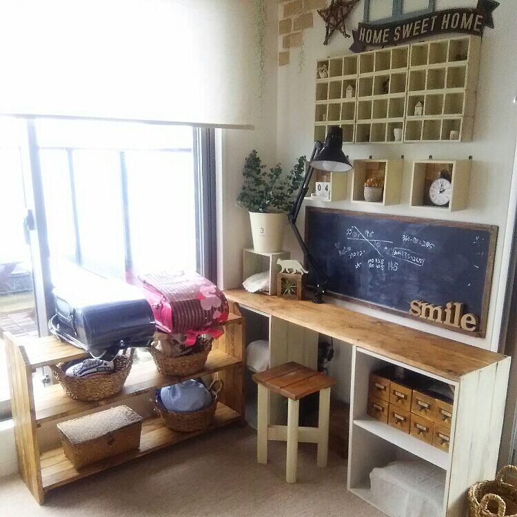 机の正面に黒板があって、学校のようなイメージが漂っていますね。机も椅子も木のぬくもりがあふれるシンプルテイストです。