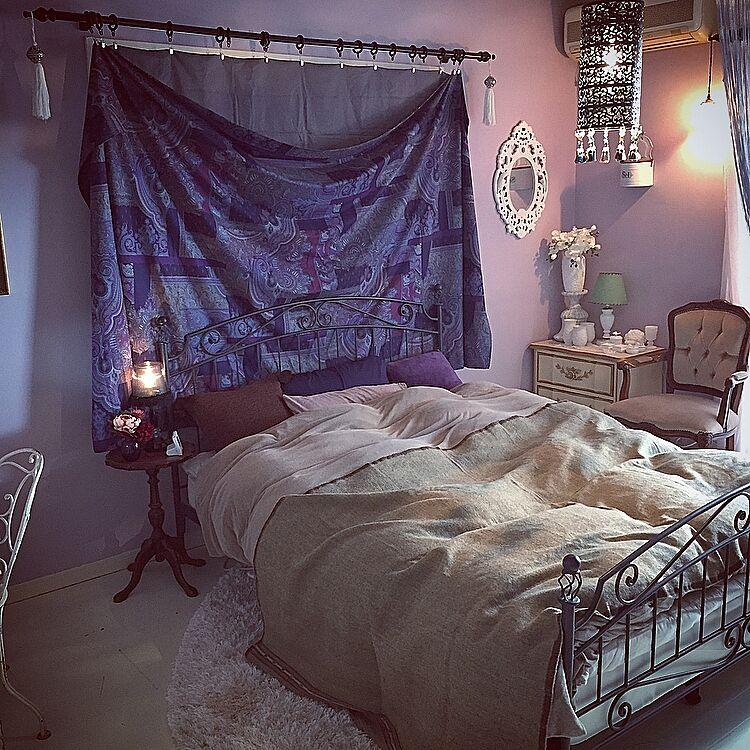 寝室を落ち着いたパープルにまとめて。部分照明で明るさを様々に演出。つくり出される影で、柔らかな光を作って