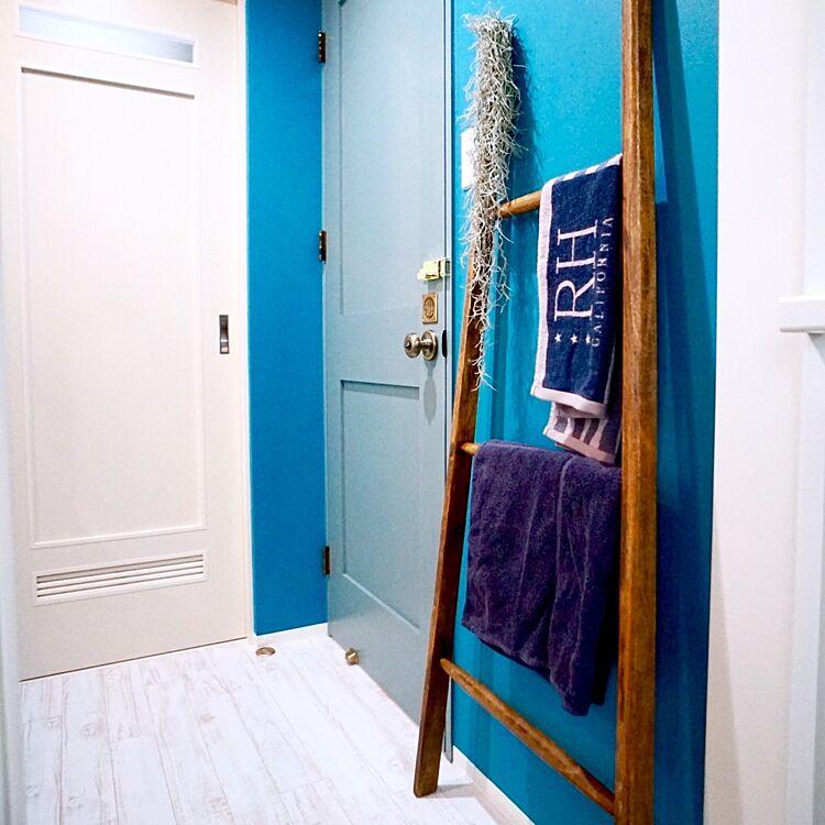 ラダーにタオルをかけてもいいですね。ブルーと白を基調としたカリフォルニアスタイルの空間にマッチしています。スパニッシュモスもさりげないアクセントに。