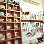 女性40歳の家族暮らし、掃除記念Kitchenや吊り下げ収納やパントリーやDIY格子棚などに関するyuki.rimonodropさんの実例写真