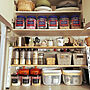 Kitchen/手作り棚/つり戸棚/セリアのアイアンバー/カフェ風を目指して♪/セリアのプラ容器/セリアのドリンクボトル/IKEAワイヤーバスケット/ル・クルーゼのキャニスターに関連する部屋のインテリア実例