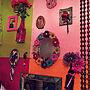 Bedroom/フォトフレーム/鏡/雑貨/香水/カラフル/レトロ/エキゾチック/ガーベラ/キラキラ/和紙/カメラマークだらけ/麻紐編み/クロスホルダー/いいね、フォロー本当に感謝デス☺︎/玉暖簾/ジャンル問わず❣️に関連する部屋のインテリア実例