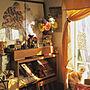 Bedroom/ダイニング/造花/セリア/手作りカーテン/ダイソー雑貨/猫置物/猫ちゃま系/ドバイ土産ラクダ/窓辺猫に関連する部屋のインテリア実例