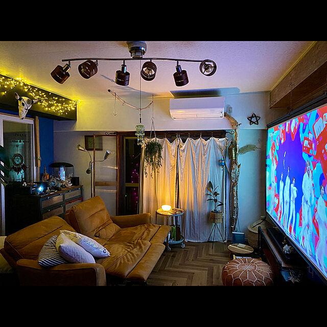 プロジェクターのある生活,間接照明,リクライニングソファー,オンラインライブ,おうちでコンサート,ホームシアター,プロジェクタースクリーン 100インチ,イルミネーションライト,プフ,リアスピーカー,ドリームキャッチャー自作,DIY,ウーハー,サウンドバー,お家で楽しむ,Lounge,バッファロースカル自作 tarezo33の部屋