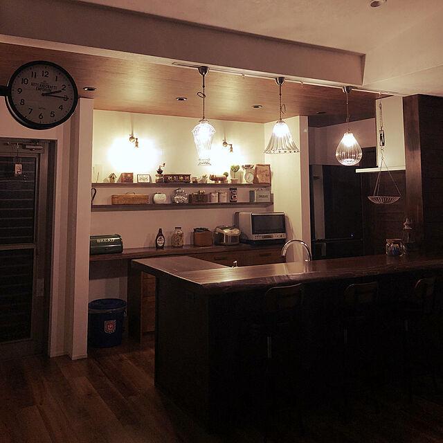 Kitchen,間接照明,ペンダントライト,ブラケットライト,照明,新築,マイホー厶,新築一戸建て,一枚板,ガラスシェード,キッチンカウンター,深夜の薄暗いお部屋 Villageの部屋