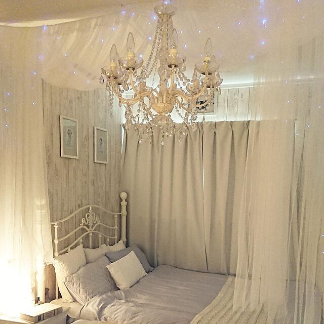 Bedroom,LEDライト,ベッドルーム,フレーム,板壁風壁紙,シャンデリア,IKEAのカーテン,天蓋風,防炎&遮光1級,アイアンベッド,クッション,グレーの布団カバー,テーブルライト,ジュエリーライト100球 7OfPinkRedの部屋