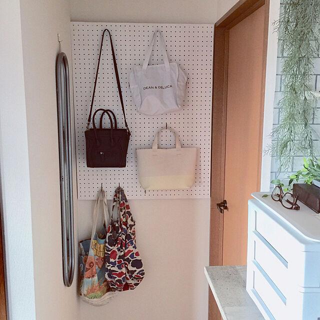 On Walls,白,壁美人,バッグ収納,有孔ボード,DIY,壁面収納,シンプル,モノトーン k___to08の部屋