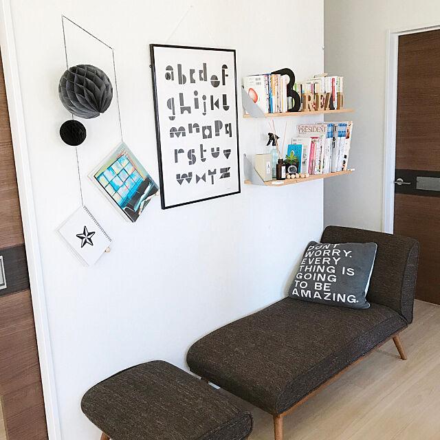 On Walls,クッション,unico ソファ,二階ホール,本棚,ポスター,ペーパーポンポン forの部屋