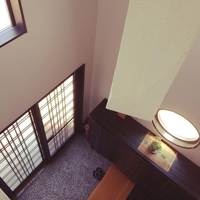 Entrance,引き戸,和モダン,式台,丸窓,吹き抜け,下駄箱,一枚板,和紙照明 mamaikoの部屋