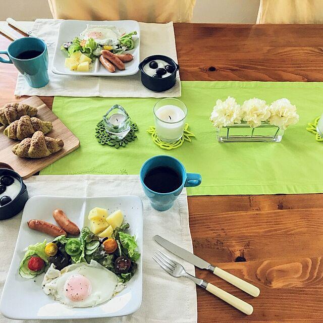 My Desk,カーネーション,ダイソー コースター,色を楽しむ,北欧,パイン家具,丁寧な暮らし,グリーン,花のある暮らし,北欧インテリア,ダイニング,季節を愉しむ,春らしく,テーブルコーディネート,季節を感じる暮らし,IKEA キャンドルホルダー,春,イエロー×グリーン,おうちカフェ,IKEA マグカップ,あさごはん hiyo.pietの部屋