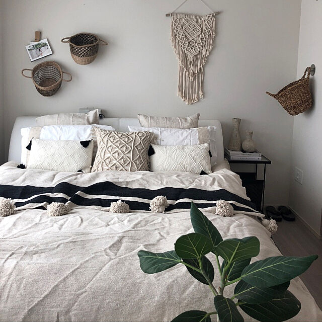 Bedroom,ポンポンブランケット,モノトーン,シンプル,北欧,BOHO,ボヘミアン,ベッドルーム,マクラメタペストリー,ミックスインテリア,マクラメ,リネン,観葉植物,シーグラスバスケット,ベッドメイキング MKの部屋