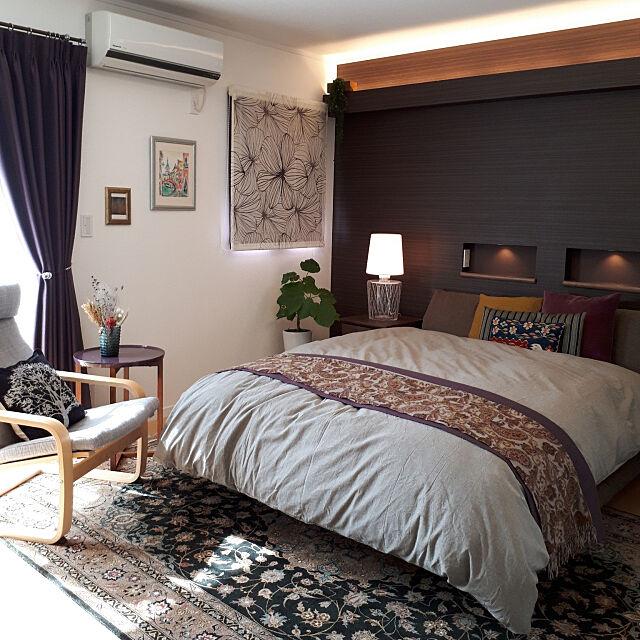 Bedroom,ドライフラワー,サイドテーブル,ベッドランナー,ポエングチェア,ベッド,ラグ,間接照明,携帯を充電するニッチ,シェードカーテン,フロントレース,斜光カーテン パープル,ポエング hanappaの部屋