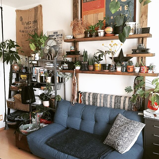 Lounge,ジュート袋,ラグ,IKEA,クッション,ソファ,狭いスペースを生かしたい,一人暮らし,1K,賃貸,観葉植物,ごちゃごちゃ,IG→BELL HELMETS 333,ポスター,ディアウォール,ドリームキャッチャー,セリア,ダイソー,3COINS 333の部屋